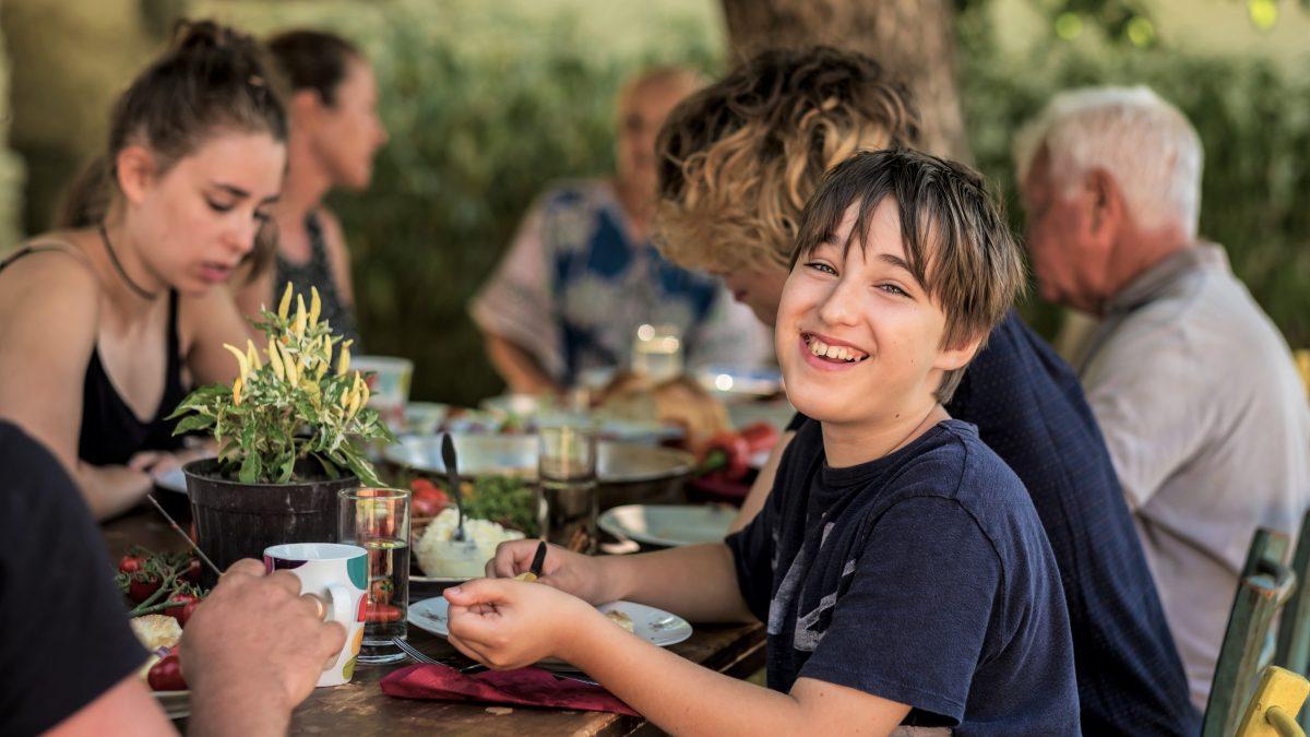 Smilende dreng illustrerer betydningen af mad og måltider for anbragte børn og unge