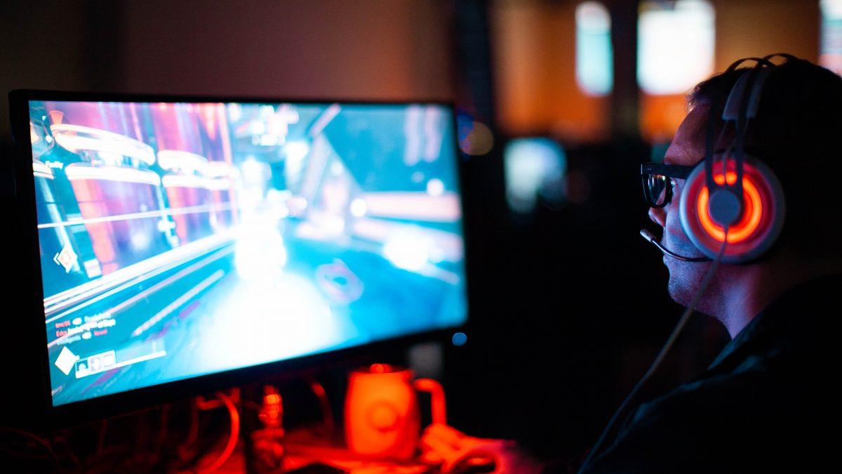 En gamer sidder foran sin computer
