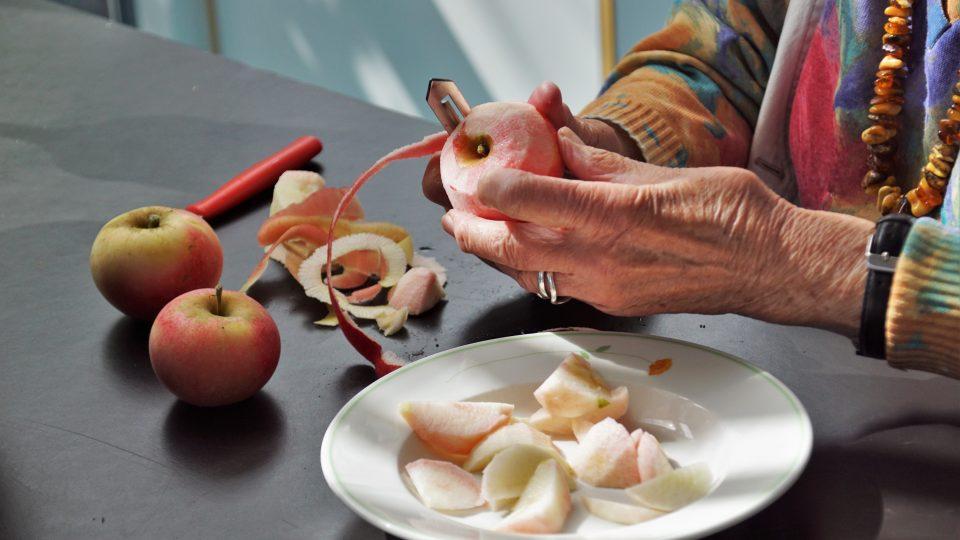Ældre borger skræller æble som led i rehabilitering gennem mad og måltider