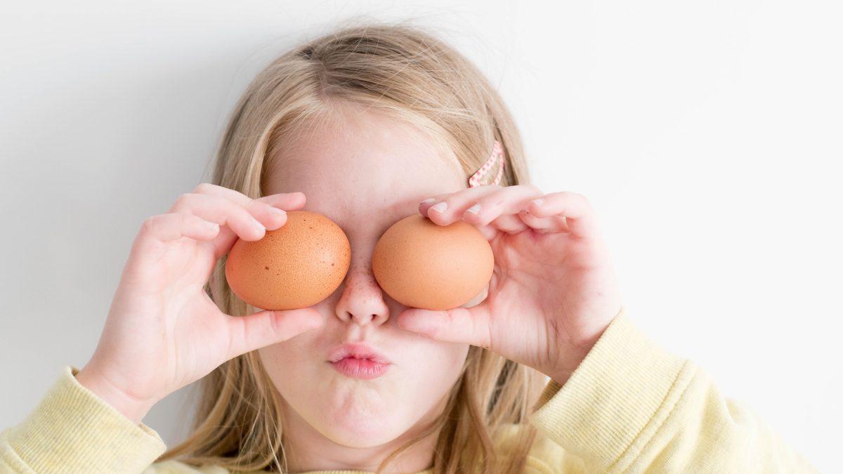 lille pige der har æg som øjne