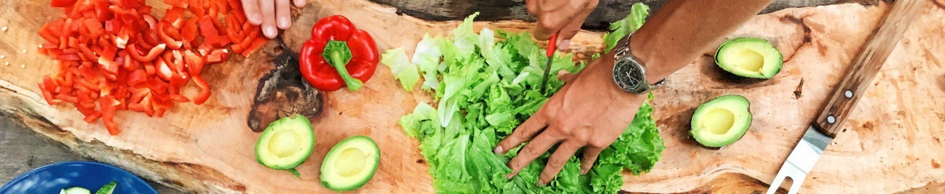hænder der snitter forskellige grøntsager