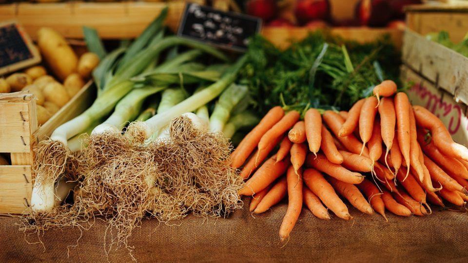 porre og gulerødder ligger på et bord