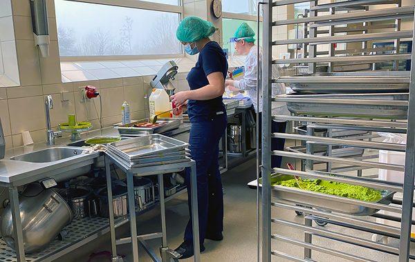 Billede fra køkkenproduktion i Odense Kommune. Odense er énaf de 14 medlemsorganisationer, der er aktive i Sund og klimavenlig mad i professionelle køkkener.