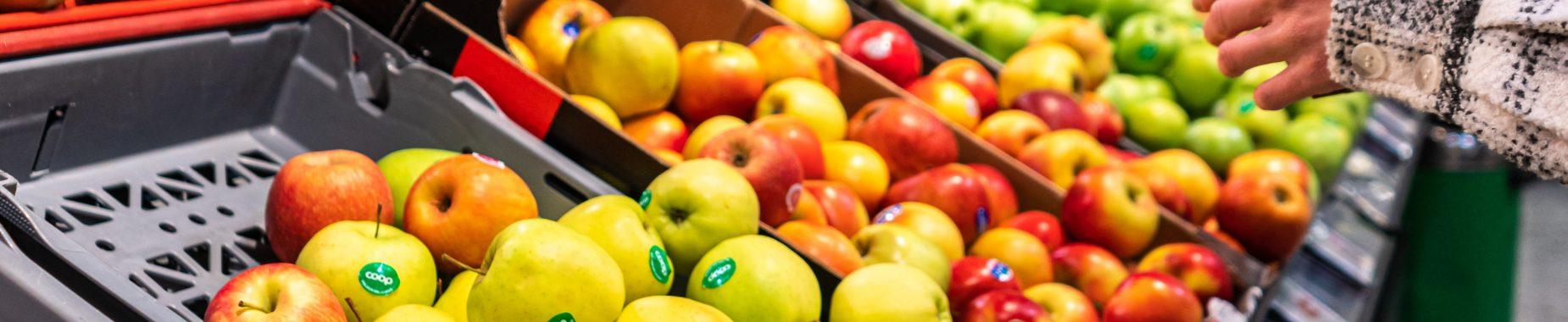 Frugt og grønt i et supermarked